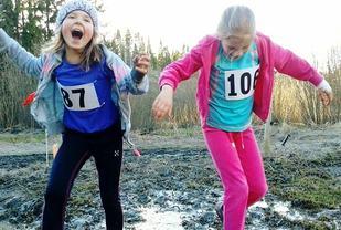 Ikke noe å utsette på gleden her... enten målet er å unngå å bli møkkete eller tvert om. (Foto: Hilde Johansen)