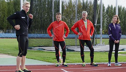 Den tyske triatleten og løpebokforfatteren Dr. Matthias Marquardt demonstrerer øvelser for bedre løpeteknikk under en samling i regi av Asics i Berlin. I denne artikkelen videreformidler Kondis disse øvelsene. (Foto: Bjørn Johannessen)