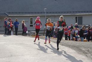 Løpere i god fart ut fra start. (Foto: Stein Arne Negård)