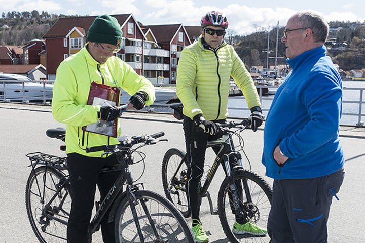 Løypemåler i Kondis, Vidar Dvergedal (til venstre), kontrollmålte i helga Halden Byløp. Rolf Bøhn og Ottar Kvitnes i arrangørklubben Halden IL følger spent med. (Alle foto: Bjørn Johannessen)