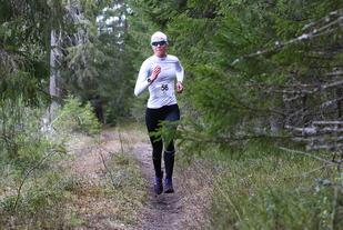 Karoline Næss var suverent raskest i kvinneklassen i det første løpet i årets Nordkisa skogkarusell. (Foto: Bjørn Hytjanstorp)