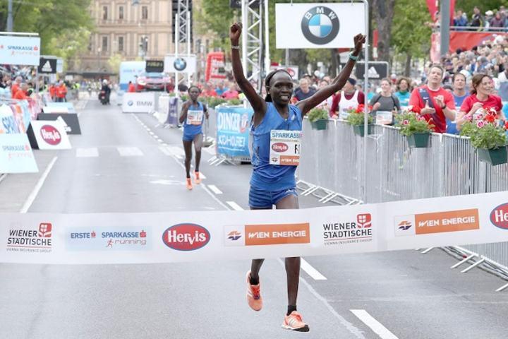 Nancy Kiprop vinner i Wien på 2.24.20. (Foto: Vienna City Marathon)