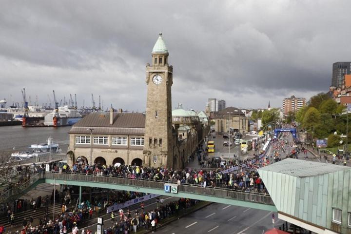 Fra årets Hamburg Marathon og et strekk av løypa hvor den går langs Elben (Arrangørfoto).