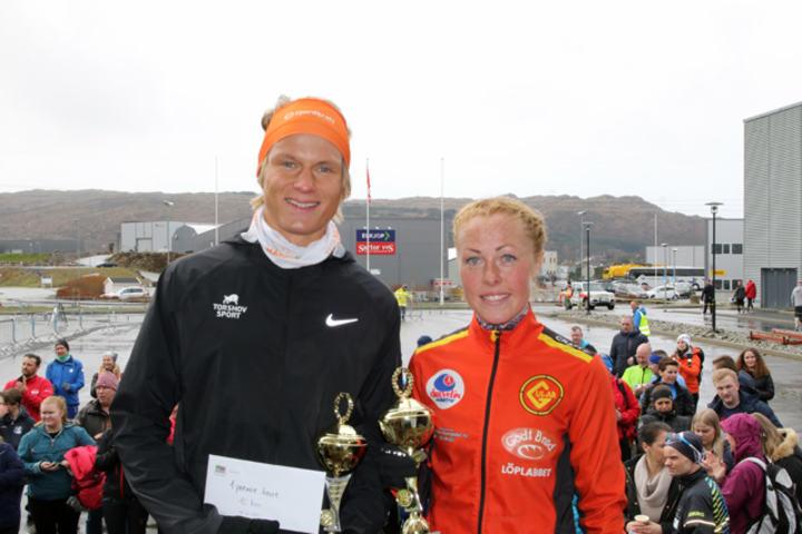 Sondre Øvre-Helland og Eli Anne Dvergsdal med pokal og gavekort