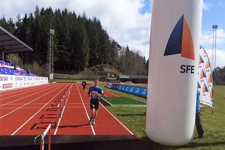 Helge Hafsås i mål til nok en seier i Rett Vest i Florø lørdag. (Arrangørfoto)