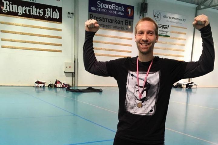 Eirik Totland Pettersen jubler etter å ha løpt 8x Hytteplanmila raskest av alle. (Foto: Hilde Johansen)