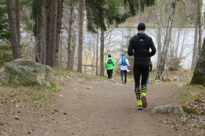 Man ser ikke så mange ansikter under løpet, men desto flere rygger. Det løpes 14 runder x 11,5 km på 100 miles. (Foto: Henning Lauridsen)