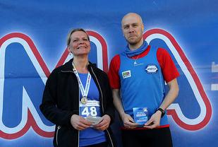 Tone Solholm og Torsten Heitmann kan smile etter seier og hvert sitt gavekort fra REMA 1000