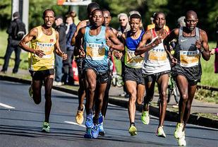 BUL-løperen Weldu Negash Gebretsadik (til venstre) løp inn til andreplass i Düsseldorf Marathon. Robert Chemonges fra Uganda (nest lengst til høyre) vant. (Foto: larasch.de)