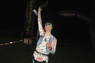 Mari Nustad Mauland med trofeet etter å ha vunnet TP100 i sitt tredje forsøk. (Foto: arrangøren)