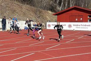 Fra starten for jenteklassen med 6 lag. Raufoss-jentene i sorte overdeler med startnr. 148 og 149 midt i feltet. (Foto: Veldre Friidrett)