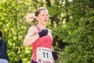 Hilde Aders løper inn til sin tredje seier på tre år i Hermannslauf. (Foto: Gunther Kracke, www.gk-photography.de)