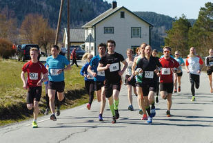 Fra terrengløpet Vågstranda Rundt før løperne kommer seg ut i terrenget. Andre Løseth som kom på andreplass, ser vi midt i bildet med startnummer 99. (Foto: arrangøren)