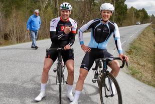 Første- og tredjemann i Ålesundsrittet 2017. Thomas Kristiansen Grønfur peker på vinneren Kristian Tjønneland