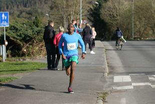 Salim Yousif var til slutt suveren i det 6,2km lange Strandaløpet.  Foto: Thomas Hetland.