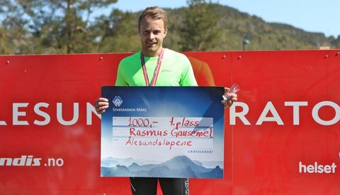 Rasmus Gausemel fra Hornindal sprang sitt andre maraton i Ålesund i formiddag. Det blei seier og ny personlig rekord på tiden 3.03.14. Foto: Martin Hauge-Nilsen