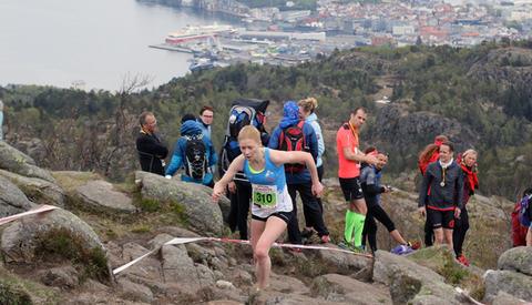 Rebecca Hilland har lagt Bergen bak seg og er på vei mot toppen av Løvstakken