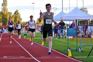 Jakob Ingebrigtsen kunne juble for seier i sesongåpninga på 1500 m. (Arkivfoto: Bjørn Hytjanstorp)