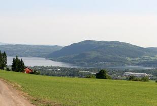 Det er vakkert utsyn fra der Bjørn Tvedt arrangerer Gå-joggen i Bjørgeberget. Utsikten på bildet er fra starten. De som velger lang løype kommer seg opp ytterligere 200 høydemeter og kan virkelige nyte utsikten mot Nes. Foto: Kjetil Kristiansen.