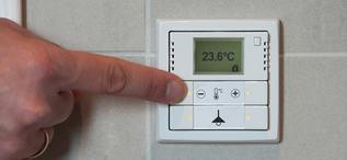 ABB-KNX-termostat-hånd-crop