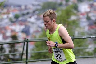 Torstein Tengsareid kommer først opp til Fløyen.