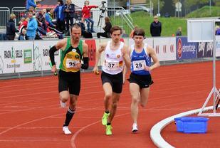 Tre lag på start på 4 x 1500 m på Hamar (fra v.): Andreas Roth for Ullensaker/Kisa IL, Vidar Dahle for IL Gular og Ole Flatebø for FIK Orion.