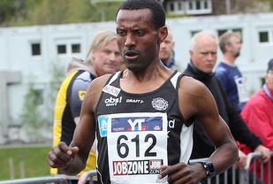 Langtidsskadet: Etter 9 måneder uten en eneste konkurranse var Urige Buta tilbake forrige lørdag og løp langetappen for Haugesund IL i Holmenkollstafetten (bildet) og lørdag ble det seier i Haugesund Halvmaraton. (Foto: Kjell Vigestad)