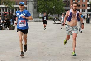 Her ser vi fotografen Sindre og vinneren Didrik under filmingen 1 km før mål. (Foto: Olav Engen)