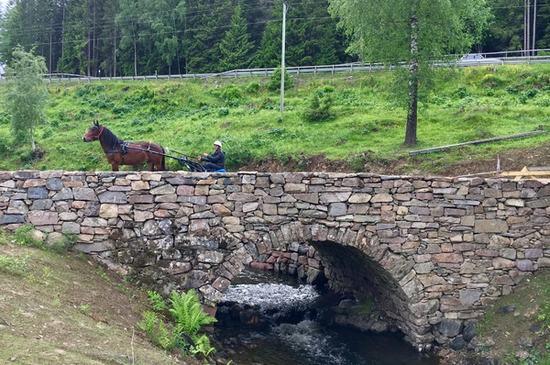Mann med hest på Skjærenbrua