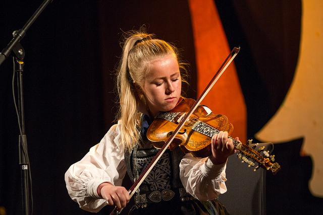 Cecilie Skrindo, spel hardingfele C  Mottaker av Furepris-stipend på 10 000 kr. Foto: Thomas Westling