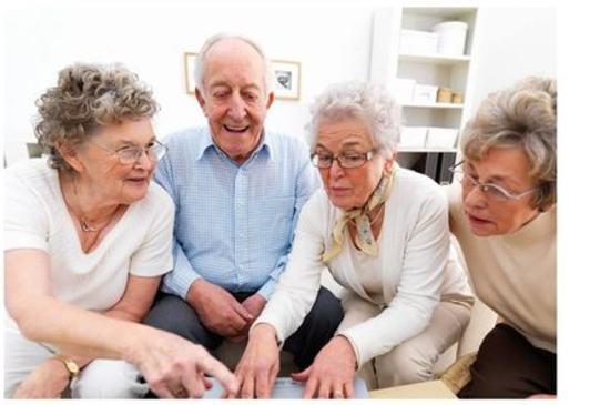 Fire personer som ser på en dataskjerm
