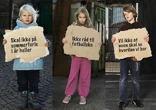 barn med infoplakater