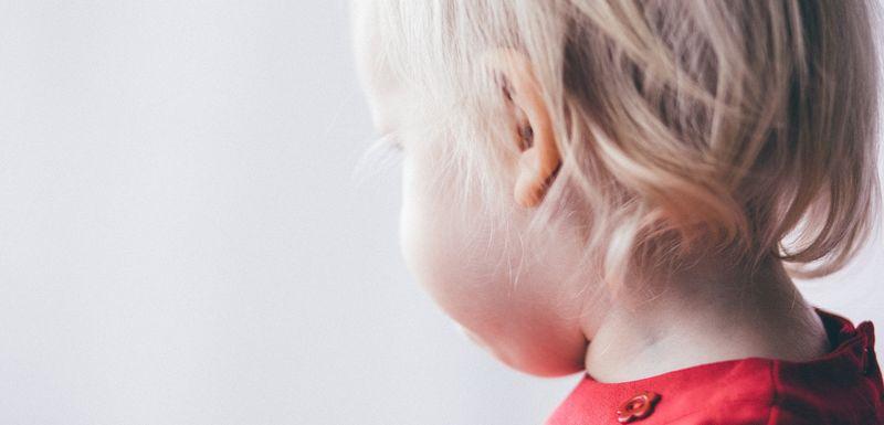 Bilde av barn med ansiktet vendt bort fra kamera