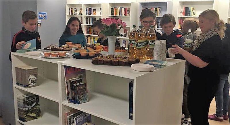 Bilde av elever og lærere fra åpningsdagen på Gimse ungdomsskole