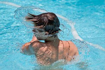 Gutt i svømmebasseng