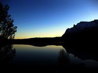 Novafjellet speiler seg i Grovfjorden_mørk