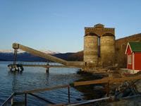 Kvarts-siloene med utskipningsrampen i Sjøvegan