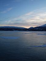 Blått vinterlys på isen