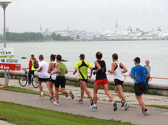 Fra en tidligere utgave av Tallinn Marathon som har start og mål i sentrum av byen mens hoveddelen av løypa  går i mer landlige omgivelser langs sjøsiden. I bakgrunnen ser vi store ferger som forbinder Tallinn med Stockholm og Helsinki. (Foto: Kjell Vigestad)