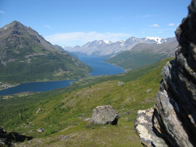 Utsikt fra Laksvatntinden mot Ullsfjorden