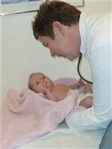 Dr Anne Thorsen ser etter at alt er bra med et lite barn