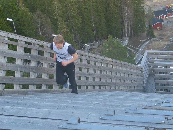 Fra den aller første utgaven av Gjerdrumsbakken opp i 2007 med Thomas Jordet Larsen på veg mot toppen av stillaset.
