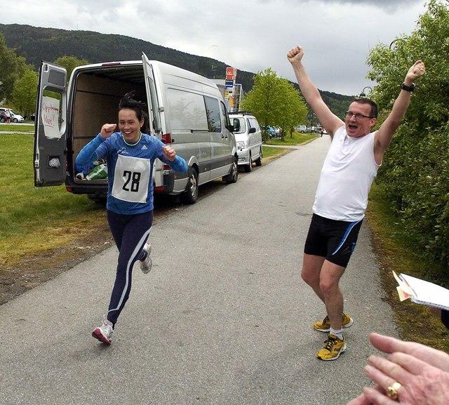 Ålesund Maraton 14.05.2011: Anne Berit Støyva Emblem spurter til mål, mens AP-kollega Svein Rune Johannessen jubler over hennes seier på halvmaraton damer.