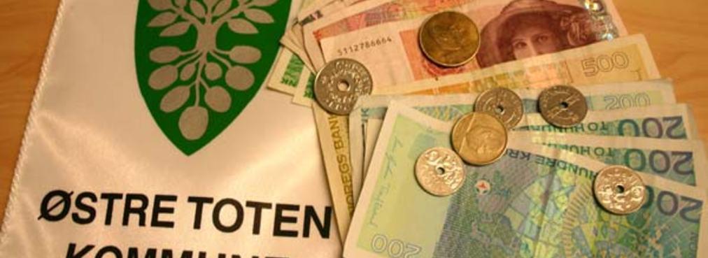 Penger og vimpel med Østre Toten kommunes kommunevåpen