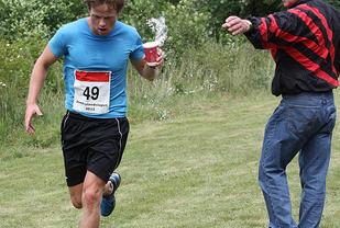 Drikkestasjonspassering i Jomfrulandsløpet i 2012. Foto: Heming Leira