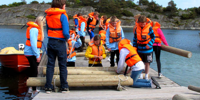 Flåtebyggekonkurranse på brygga på Heia Haraldvigen