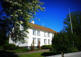 Gamlehuset på Heia Eidene som kan ses fra veien.
