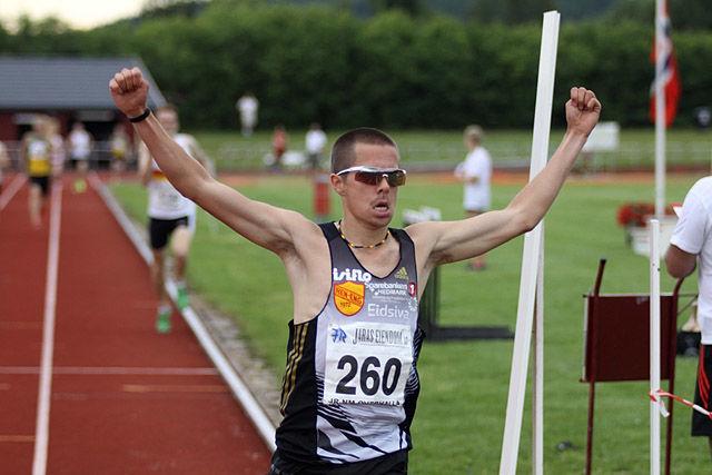 Vegard Ølstad jubler for gull på 1500 m under junior-NM i Overhalla i 2013. (Foto: Stig Vangsnes)