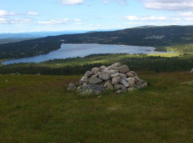 På lang løype i Sjusjøløpet kan du nyte denne utsikten fra Sollifjell over Sjusjøvatnet.