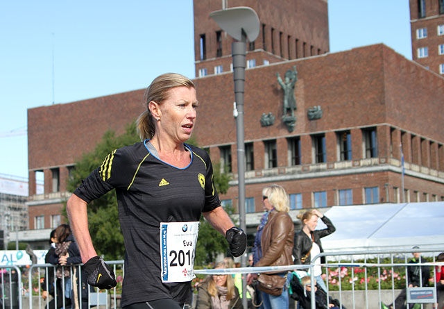 Eva Schiefloe vinner Oslo Maraton 2013 på 2.53.45 (Arikvfoto).